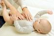 Heilpraktiker behandelt Baby mit Osteopathie