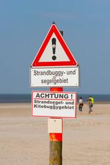 Warnschild am Strand von Sankt Peter-Ording