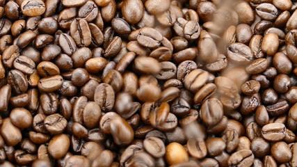 Kaffebohnen fallen in Zeitlupe nach unten