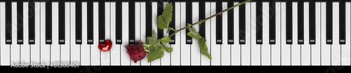 Leinwanddruck Bild Rote Rose und Herz auf Klaviertastatur Love Songs
