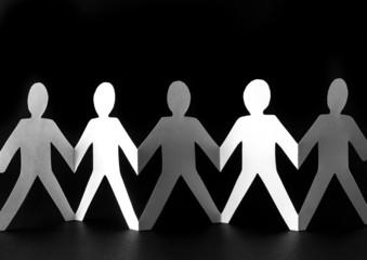 Zusammenhalt - Menschenkette aus Papier