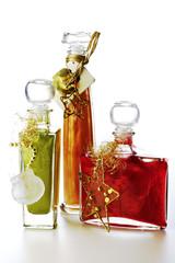 Flaschen mit Badelotion und Weihnachtsdekoration
