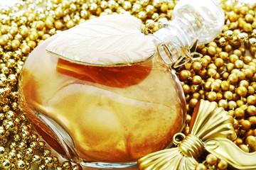 Flaschen mit Badelotion und Weihnachtsdekoration, goldene Perlen