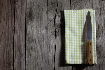Messer, karierte Serviette, Holzuntergrund