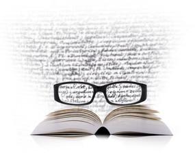 Lesebrille mit Buch und Text