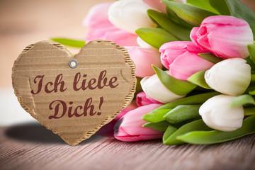 """Tulpen mit Herzanhänger und """"Ich liebe Dich"""""""