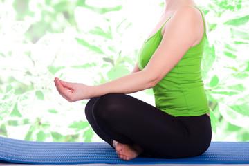 Hand der Frau meditiert in einem Yoga-Pose