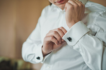 Process of clothing of cuff links on a shirt 2414.