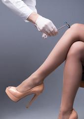 Checking the knee-jerk reaction by a neurological hammer