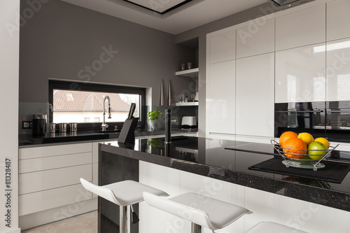 Black and white kitchen design - 81328487