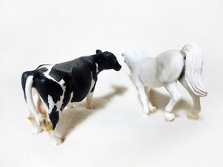乳牛と白馬