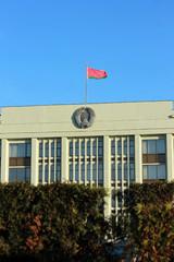 Минский городской исполнительный комитет с флагом Беларуси