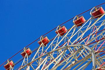 Фрагмент колеса обозрения в небе