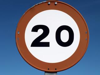 prohibido ir a mas de 20 por hora