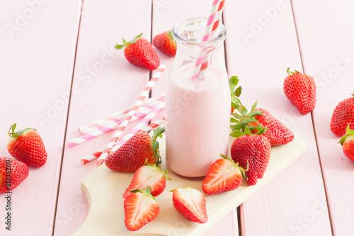 Milch mit frischen Erdbeeren - 81336260
