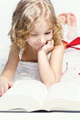 Девочка, которая любит читать.