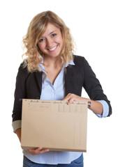 Lachende blonde Sekretärin mit Akte