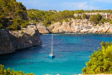 Einsames Segelboot in Bucht