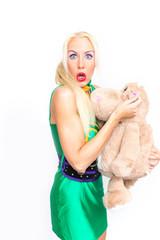 Blonde Frau mit Teddybär in der Hand