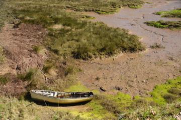 embarcacion encallada en la orilla