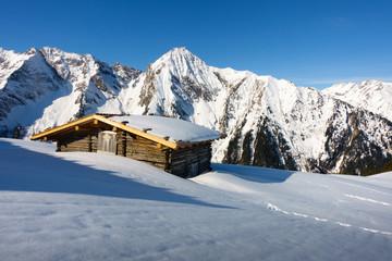 Schihütte mit Bergen im Hintergrund