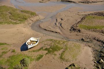 barca amarrada en una orilla