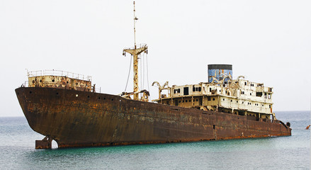 Barco abandonado en el puerto de Los Mármoles, Arrecife