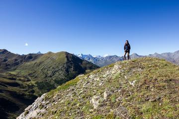 Ragazza solitaria in montagna
