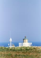 Spitze vom Leuchtturm am Meer taucht auf