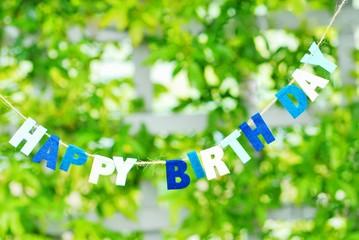 緑が輝く中に誕生日のタグを繋げた.