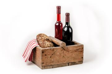 Holzkiste mit Brot und Wein