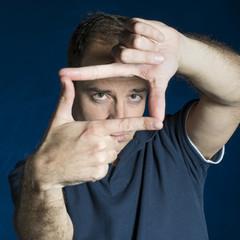 Hombre enmarcando con las manos