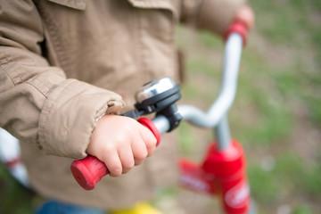 自転車に乗る子供の手