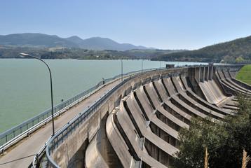 Diga sul fiume Tevere. Lago di Corbara