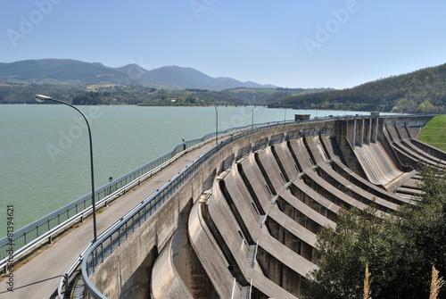 Fotobehang Dam Diga sul fiume Tevere. Lago di Corbara