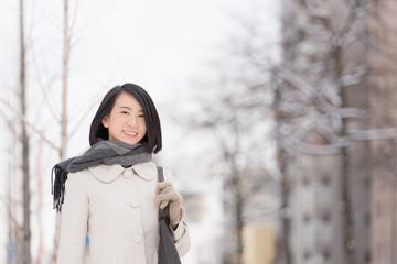 冬の街を歩く女性