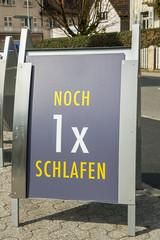 Schild weist auf die Betriebsaufnahme einer Bergbahn