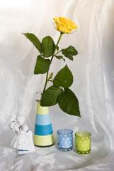 натюрморт с желтой розой