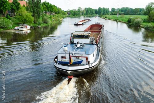 Frachtschiffe auf der Weser bei Nienburg