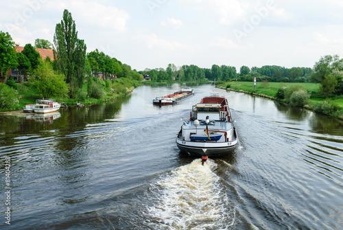 Frachtschiffe auf der Weser bei Nienburg - 81404288