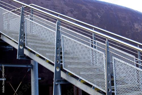 Edelstahl Treppengeländer und verzinkte Treppe - 81406447