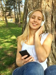 Mädchen hört Musik mit Smartphone und Kopfhörer
