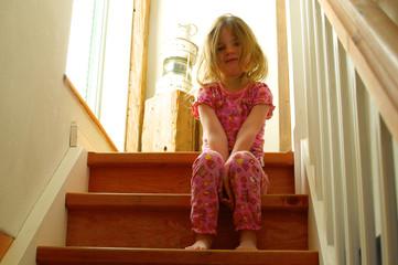Kleines Mädchen auf Treppe