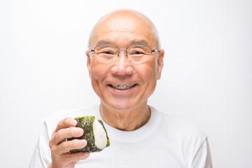 オニギリを食べるシニア