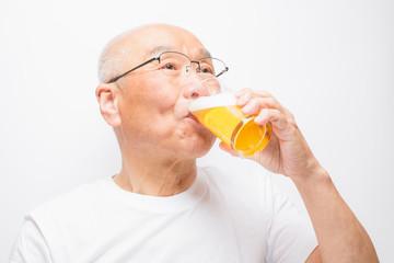 ビールを飲むシニア