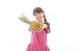 パイナップルを持っている女の子