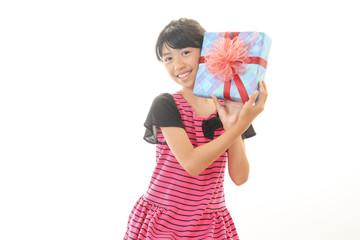 プレゼントを持っている女の子