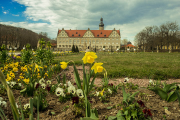 Schloss Weikersheim mit Frühjahrsblumen