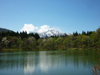 妙高山と湖