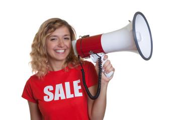 Lachende blonde Frau im Sale-Shirt mit Megafon